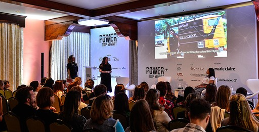 Abrindo o dia, uma palestra com Jennifer Clare Whitehorn (diretora de marketing e responsabilidade corporativa de mercados franqueados da The Body Shop Europa, Oriente Médio e América Latina) e Maria das Dores Vieira Lima (quebradeira de coco babaçu da comunidade São Manoel, no Maranhão)