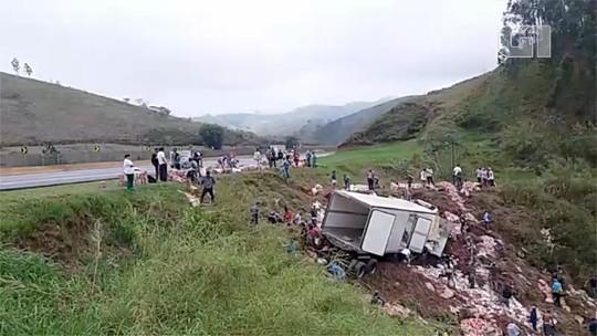 Caminhão carregado com requeijão tomba na Dutra e carga é saqueada