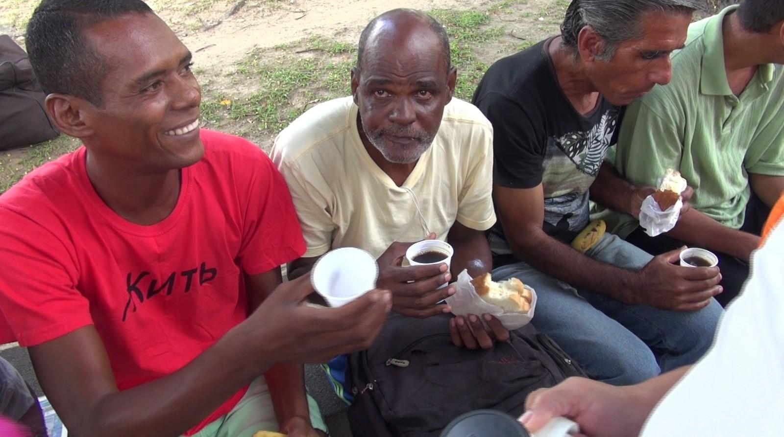 Moradores de rua recebem a primeira refeição do dia de graça no Flamengo (Foto: Bruno Albernaz / G1)