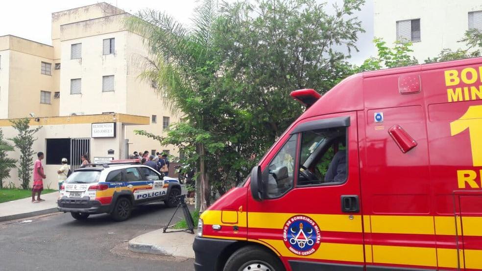 Crime ocorreu em condomínio residencial do Bairro Laranjeiras no fim da manhã deste sábado (9) (Foto: Túlio Amâncio/G1 )