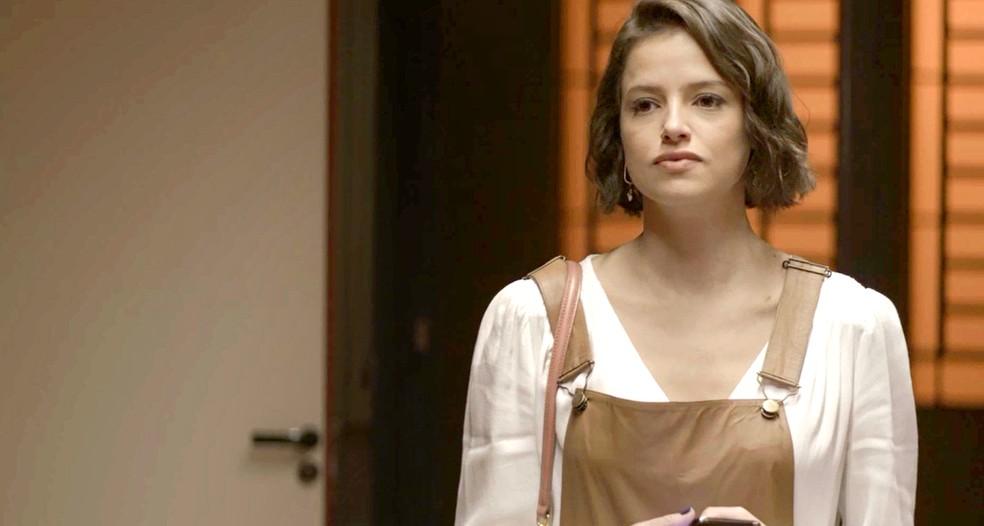 Josiane (Agatha Moreira) se dá mal e revólver não funciona durante briga com Fabiana (Nathalia Dill), em 'A Dona do Pedaço' — Foto: Globo