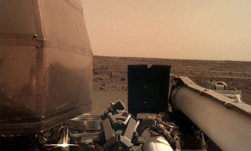 Foto mostra a InSight recarregando as energias em Marte (Foto: NASA/JPL-Caltech)