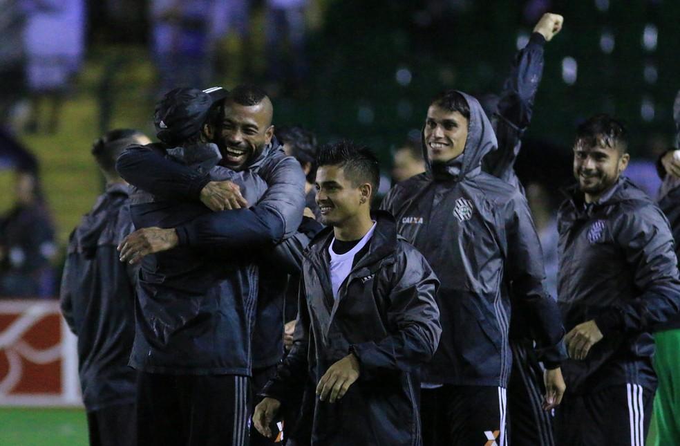Alegria e alívio: Figueirense comemora vitória sobre o Paraná por 1 a 0 no Orlando Scarpelli (Foto: Luiz Henrique/Figueirense FC)