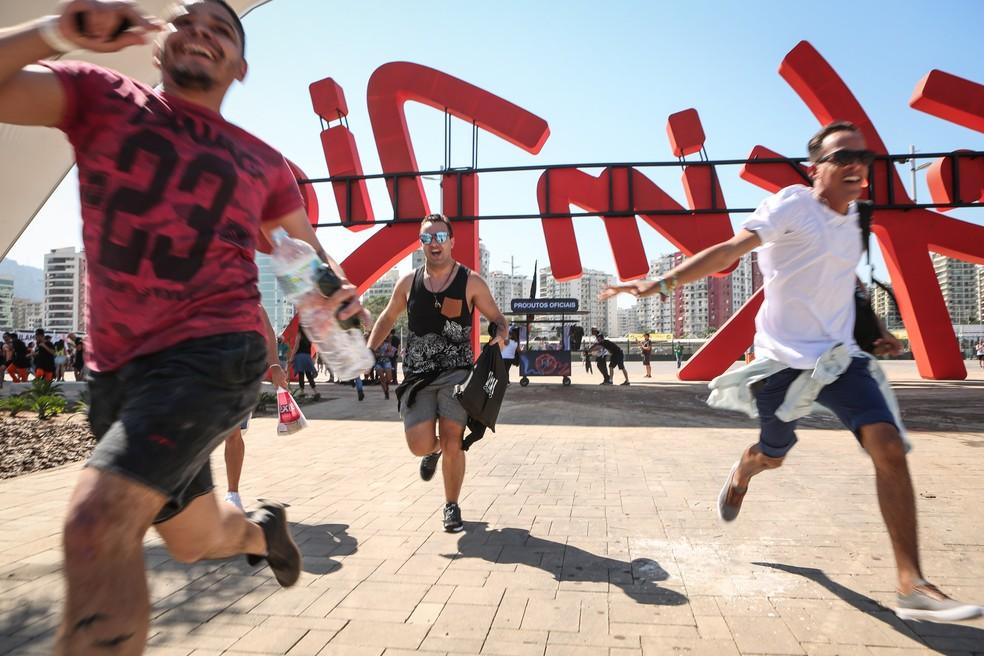 Fãs correm ao entrar na Cidade do Rock na abertura do Rock in Rio 2017 — Foto: Fábio Tito / G1