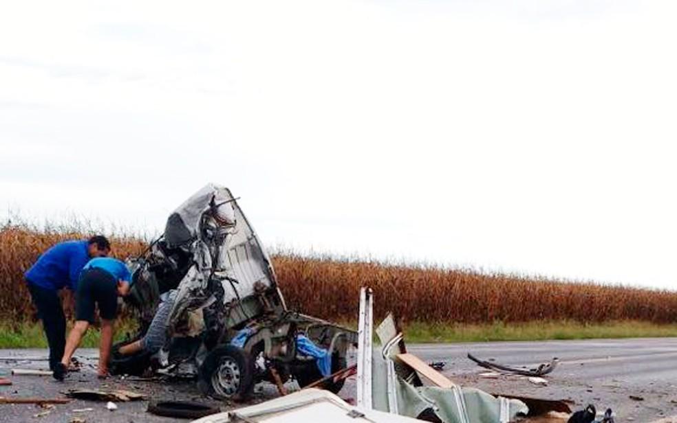 Towner ficou destruída após acidente com caminhão (Foto: Edivaldo Braga/Blogbraga)