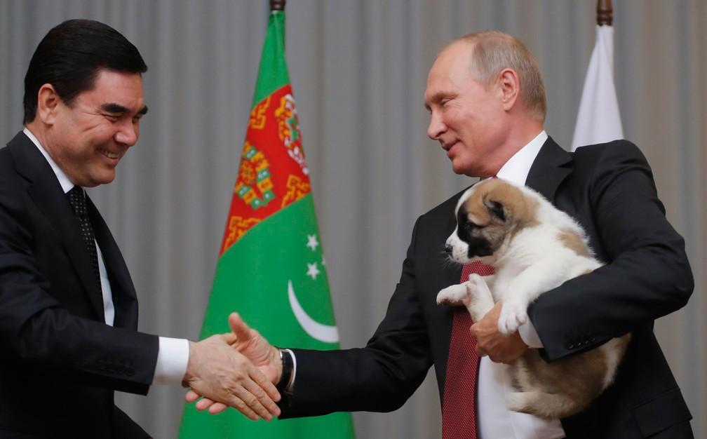 Putin recebe seu cachorrinho de seu colega do Turcomenistão, em outubro de 2017 — Foto: Maxim Shemetov/Reuters