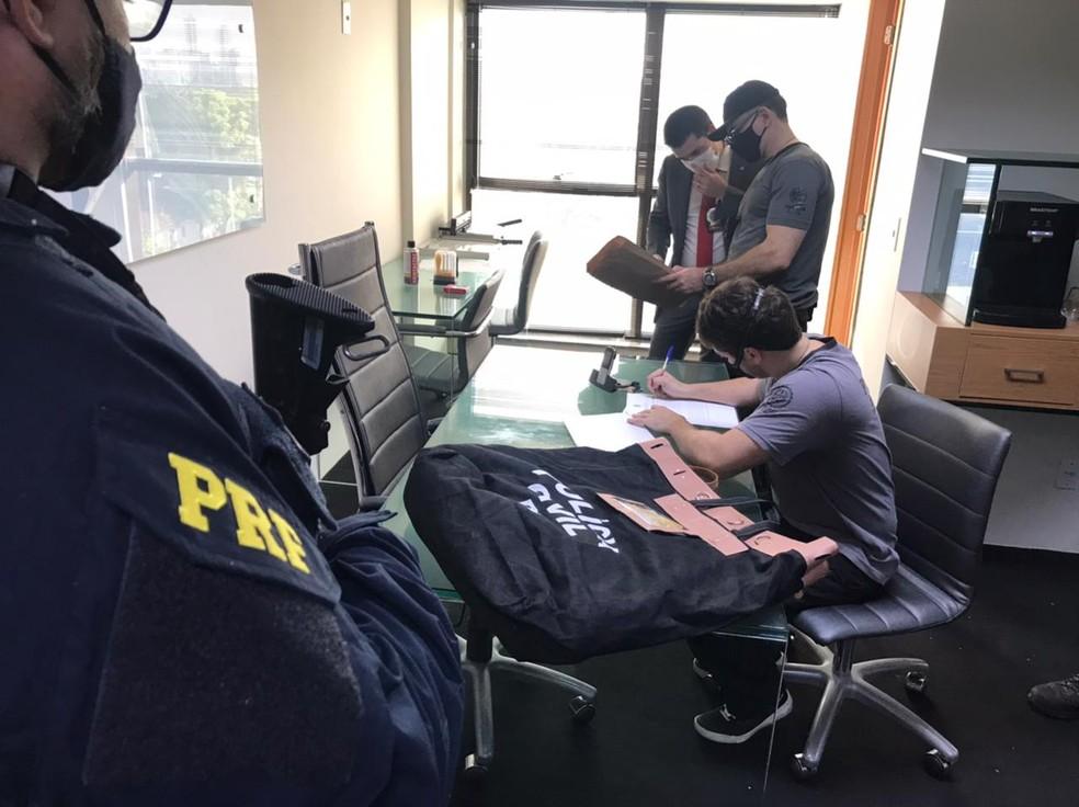 Policiais cumprem mandado em sala dentro de empresarial na Zona Norte do Recife, nesta quinta-feira (22), dentro de operação que investiga golpe de oferta de vacina contra Covid — Foto: PRF/Divulgação