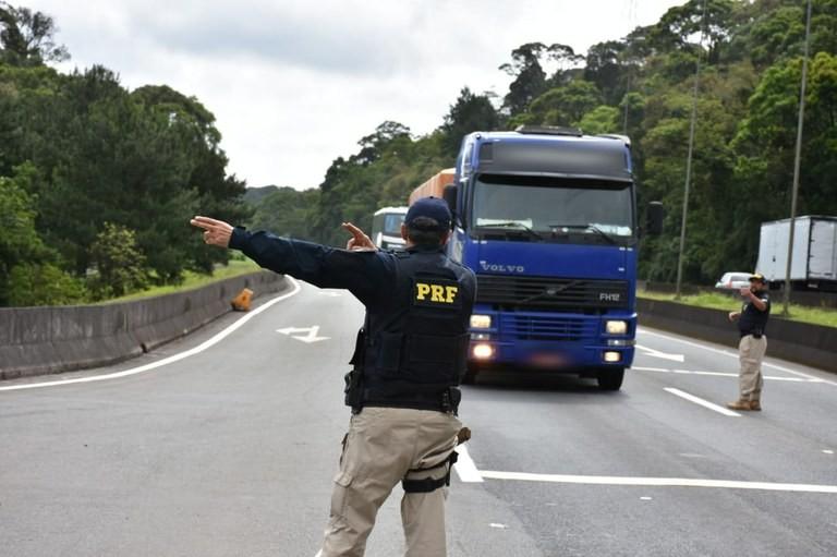 PRF aplica mais de R$ 136 mil em multas por excesso de peso em veículos no Piauí