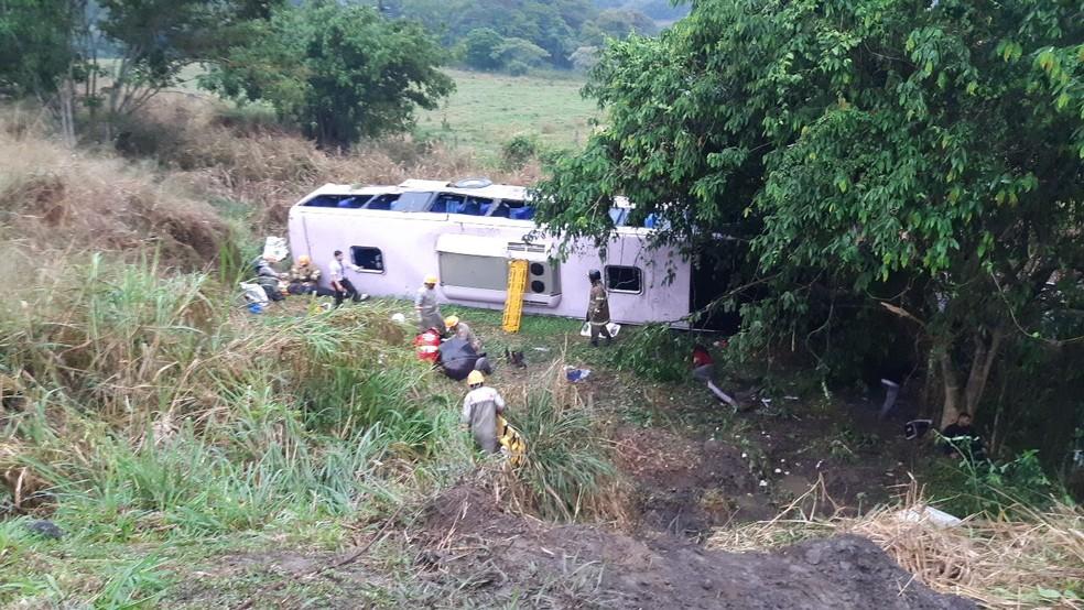 Ônibus que levava funcionários da Nissan tomba e deixa feridos na Via Dutra, em Barra Mansa — Foto: Divulgação/Polícia Rodoviária Federal