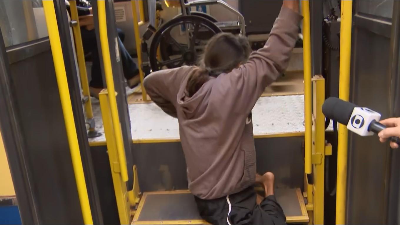 Vídeo mostra cadeirante se rastejando para entrar em ônibus após elevador não funcionar em Divinópolis - Notícias - Plantão Diário