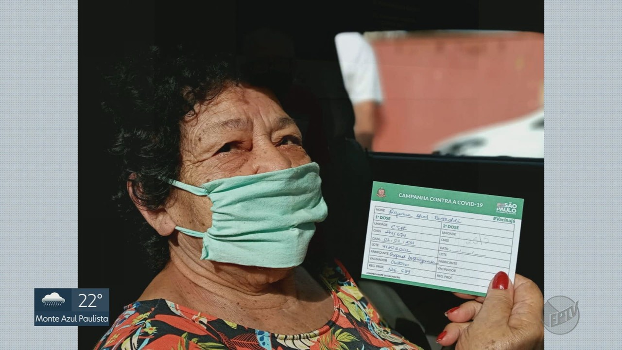 Moradores fazem fotos do momento em que são vacinados contra a Covid-19
