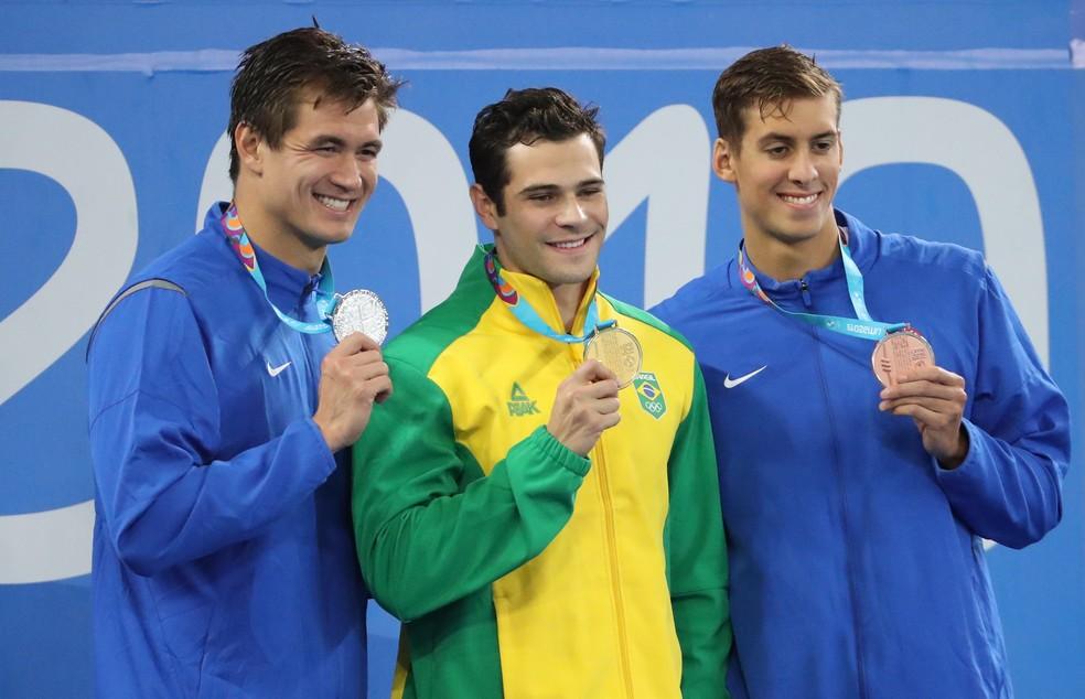 Marcelo Chierighini entre Nathan Adrian (à esq.) e Michael Chadwick no pódio dos 100m livre — Foto: REUTERS/Sergio Moraes