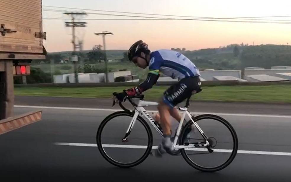 Ciclista é flagrado pedalando 'colado' em caminhão na Rodovia Anhanguera, em Limeira — Foto: Reprodução/EPTV