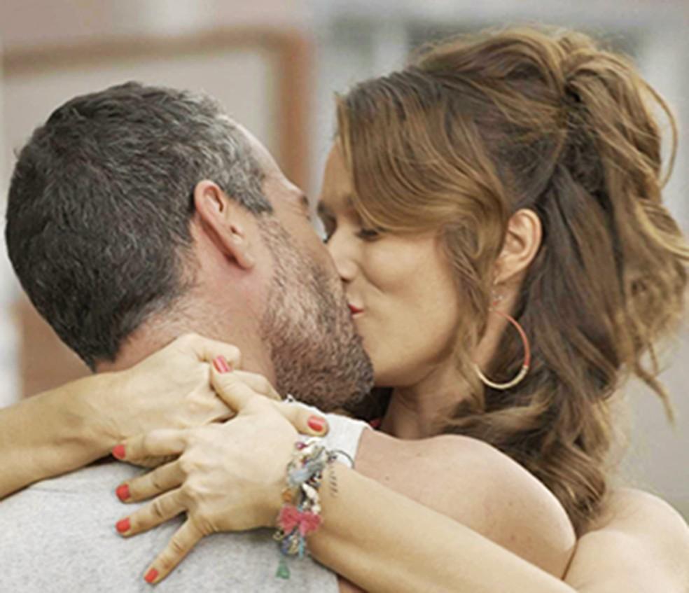 Tancinha e Apolo se beijam apaixonados — Foto: TV Globo