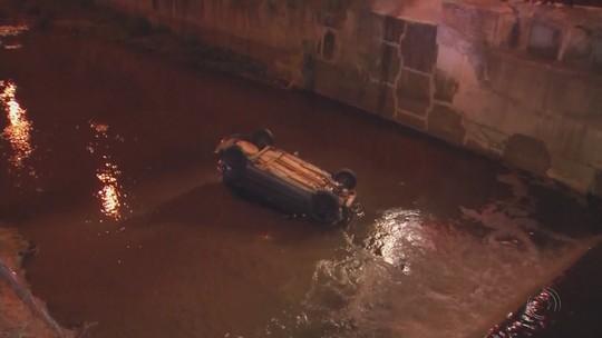 Carro cai em rio em Bauru após bater em ônibus e motorista perder o controle