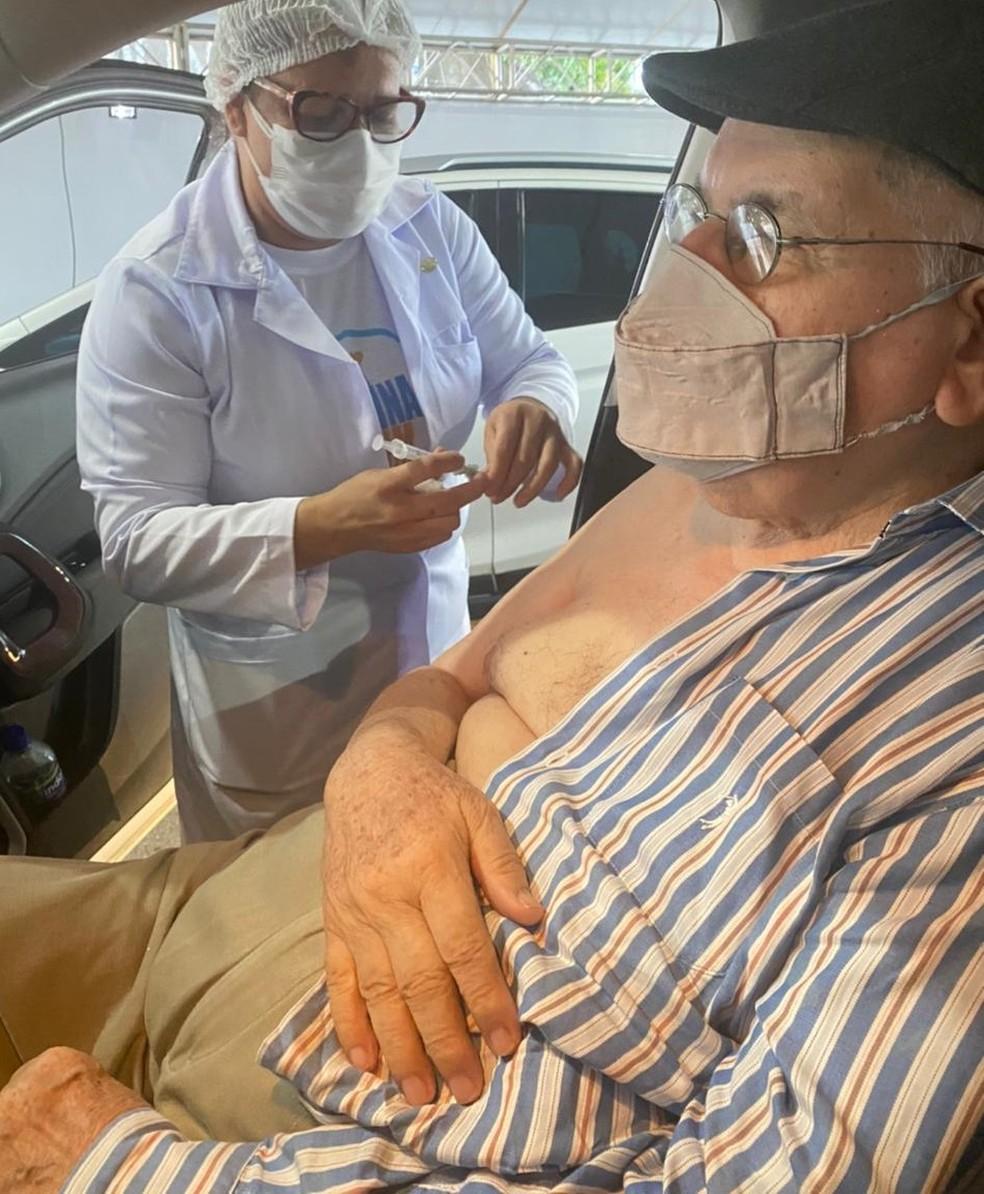 Monsenhor Delfino Barbosa Neto toma segunda dose de vacina contra Covid-19 em Maceió — Foto: Arquivo Pessoal