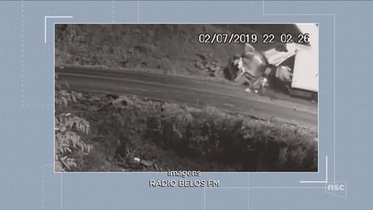 Motorista sai ileso de cabine após caminhão bater em barranco em SC e ter carga arremessada; VÍDEO