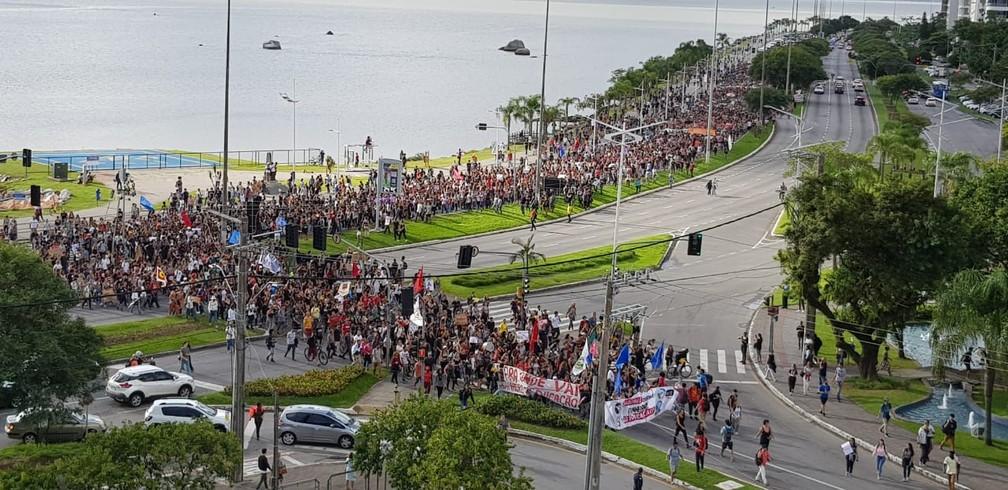 Manifestantes protestam contra cortes na educação em Florianópolis (SC) — Foto: Jean Raupp/NSC TV