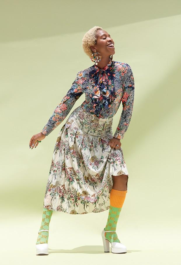 Blusa, saia, brincos, anel, meias e sapatos, tudo Gucci (Foto: .)