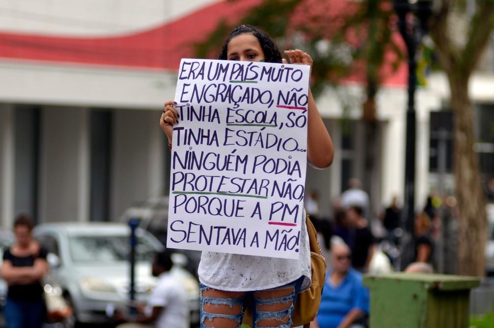 Piracicaba - Dois grupos saíram às ruas do Centro da cidade contra o corte de verbas para a educação — Foto: Sidney Júnior/Arquivo pessoal