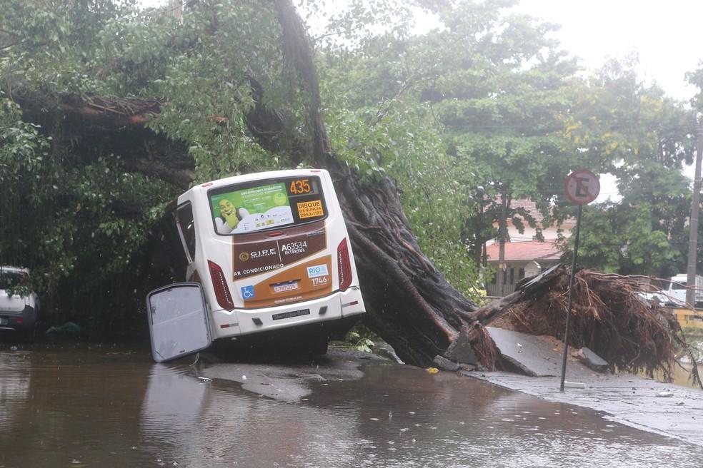 Carros são atingidos devido a forte chuva na cidade do Rio de Janeiro, nesta terça-feira — Foto: Daniel Castelo Branco/Agência Castelo Branco/Agência O Dia/Estadão Conteúdo