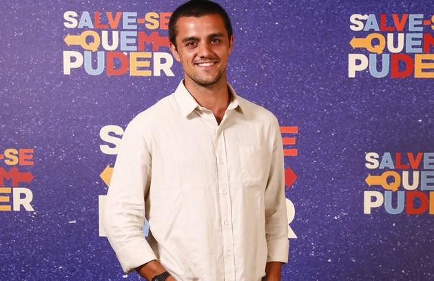 Diretor de novelas, Téo (Felipe Simas) estará em Cancún para o seu novo trabalho. Após a passagem de um furacão, sofrerá um grave acidente ao tentar salvar Luna. Depois, não conseguirá esquecer a moça (Foto: TV Globo)