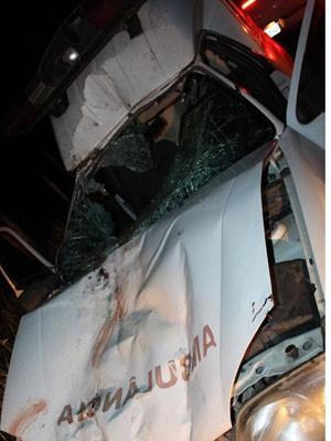 Ambulância teve a parte dianteira destruida após acidente com cavalo (Foto: Sessé Guimmas/MedeirosDiaDia)