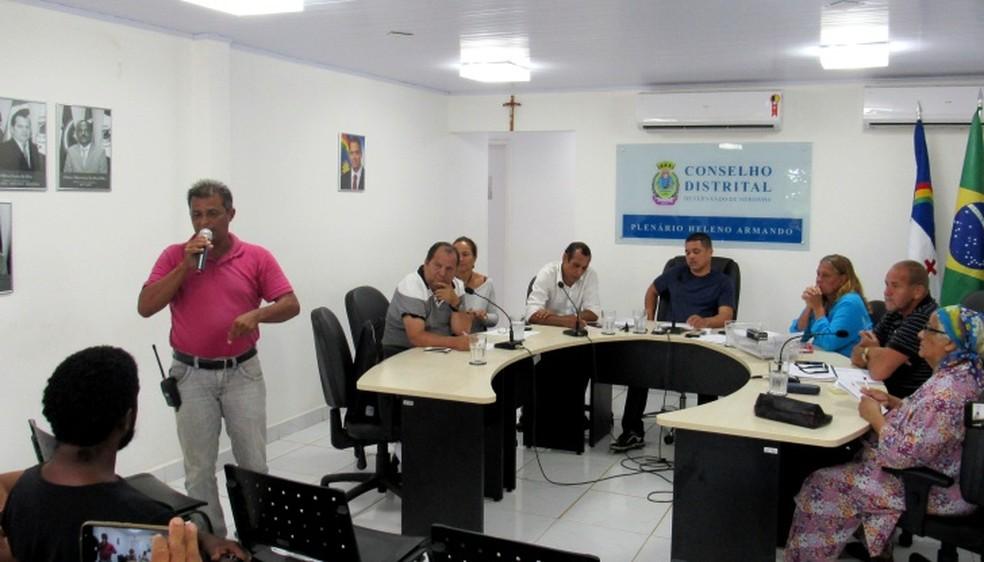 O morador da ilha Fernando Cavalcante fez a denúncia no Conselho Distrial  (Foto: Ana Clara Marinho/TV Globo )