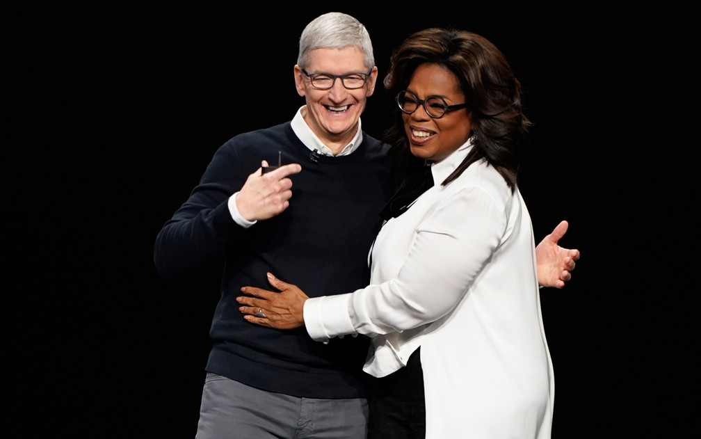Oprah e o presidente-executivo da Apple, Tim Cook, no lançamento do serviço de streaming da empresa — Foto: Tony Avelar/Reuters