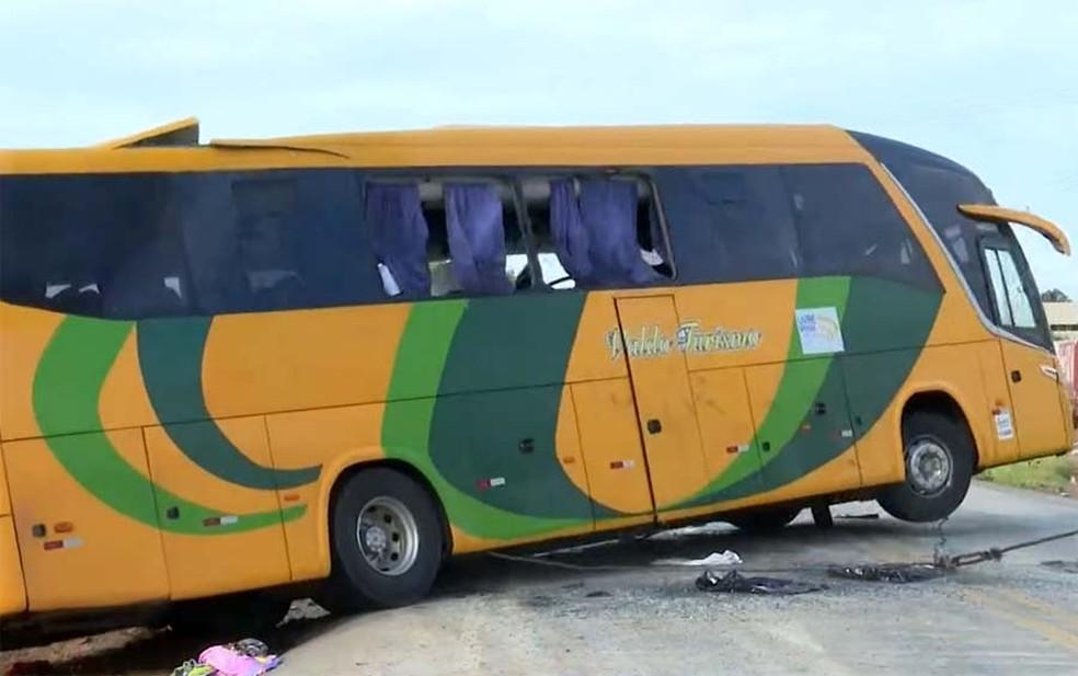 Guincho desvirou o ônibus — Foto: Reprodução/TV Bahia