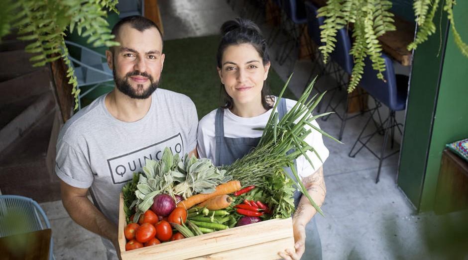 Tudo natural. Mari e Diniz são donos de um restaurante natural na Vila Madalena, em SP     (Foto: Estadão Conteúdo)