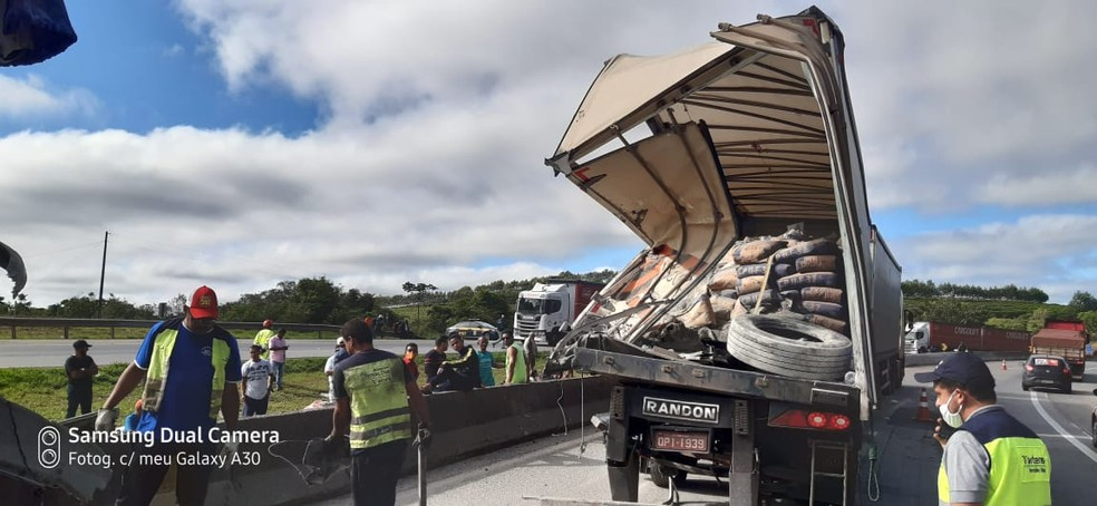 Engavetamento é registrado na BR-381 em Oliveira  — Foto: Corpo de Bombeiros/Divulgação