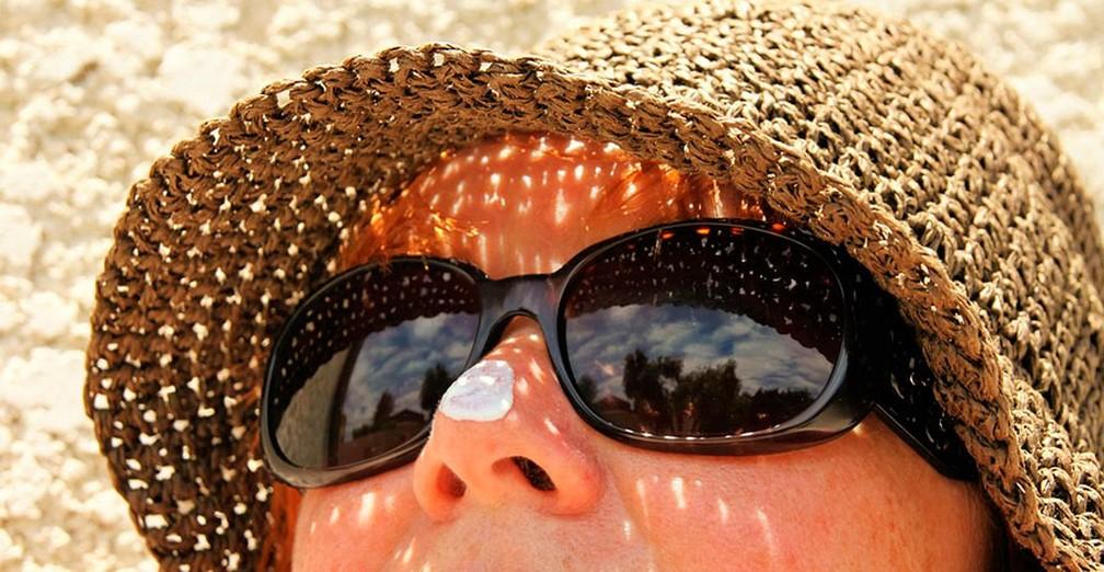 O uso do protetor solar é imprescindível. Aplique diariamente para proteger a pele — Foto: chezbeate/Pixabay