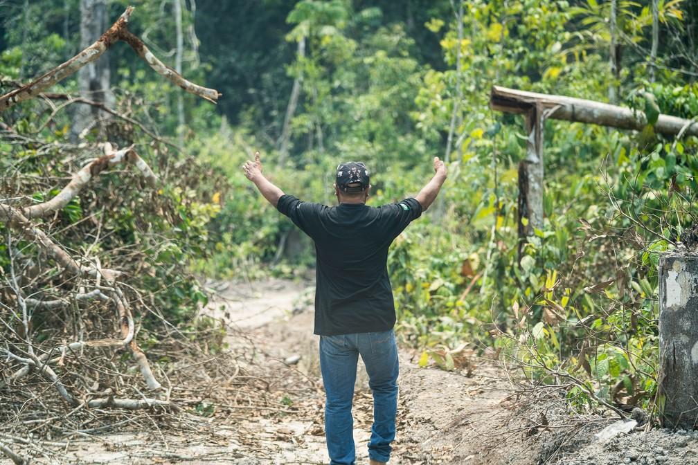 Batiti Karipuna mostra espaço de passagem entre galhos de área desmatada — Foto: Fábio Tito/G1