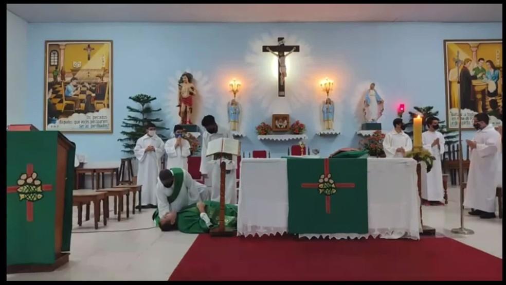 Padre desmaiou no Recife durante missa transmitida na internet — Foto: Reprodução/WhatsApp