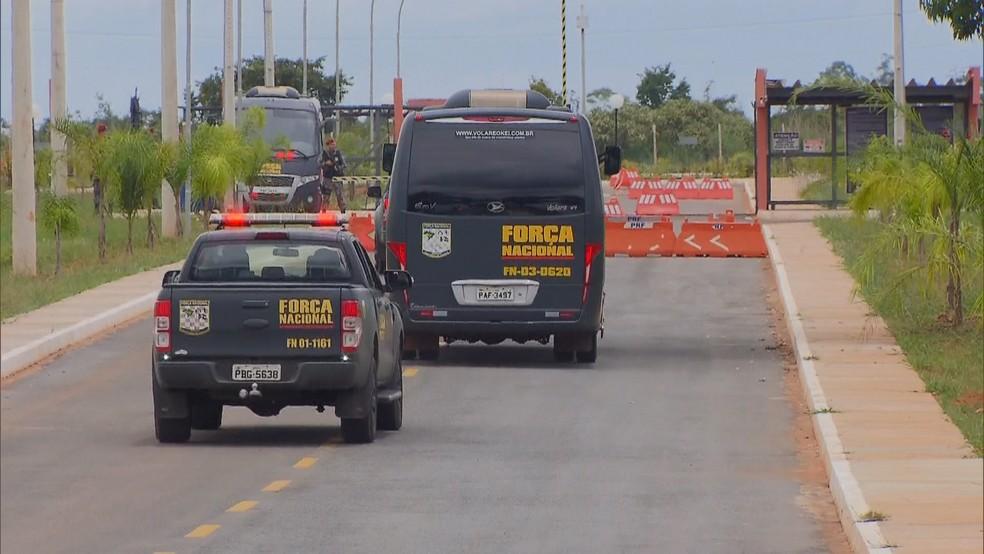 Homens da Força Nacional fazem segurança na região da Penitenciária Federal de Brasília  — Foto: TV Globo/Reprodução