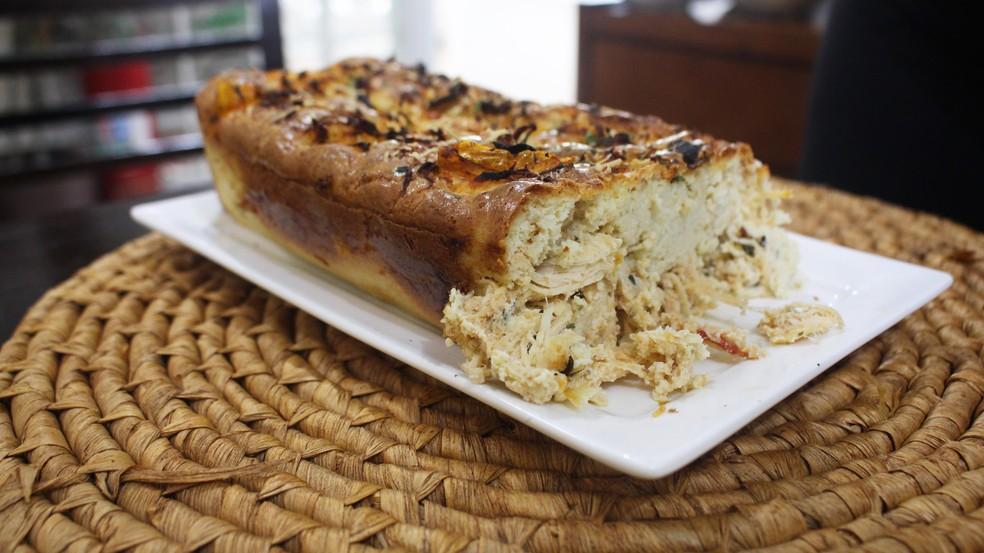 Torta low carb de frango feita por Marigny Santos, dona de restaurante no litoral de São Paulo — Foto: Mariane Rossi/G1