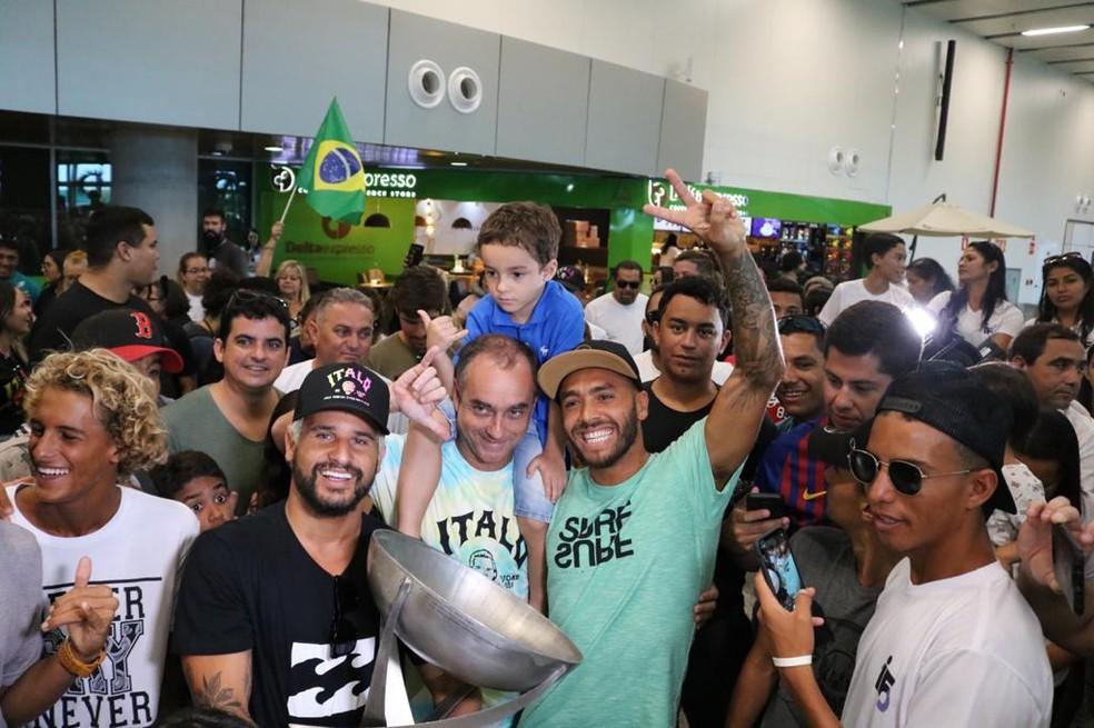 Ítalo Ferreira é recebido por amigos e fãs — Foto: Augusto César Gomes/GE