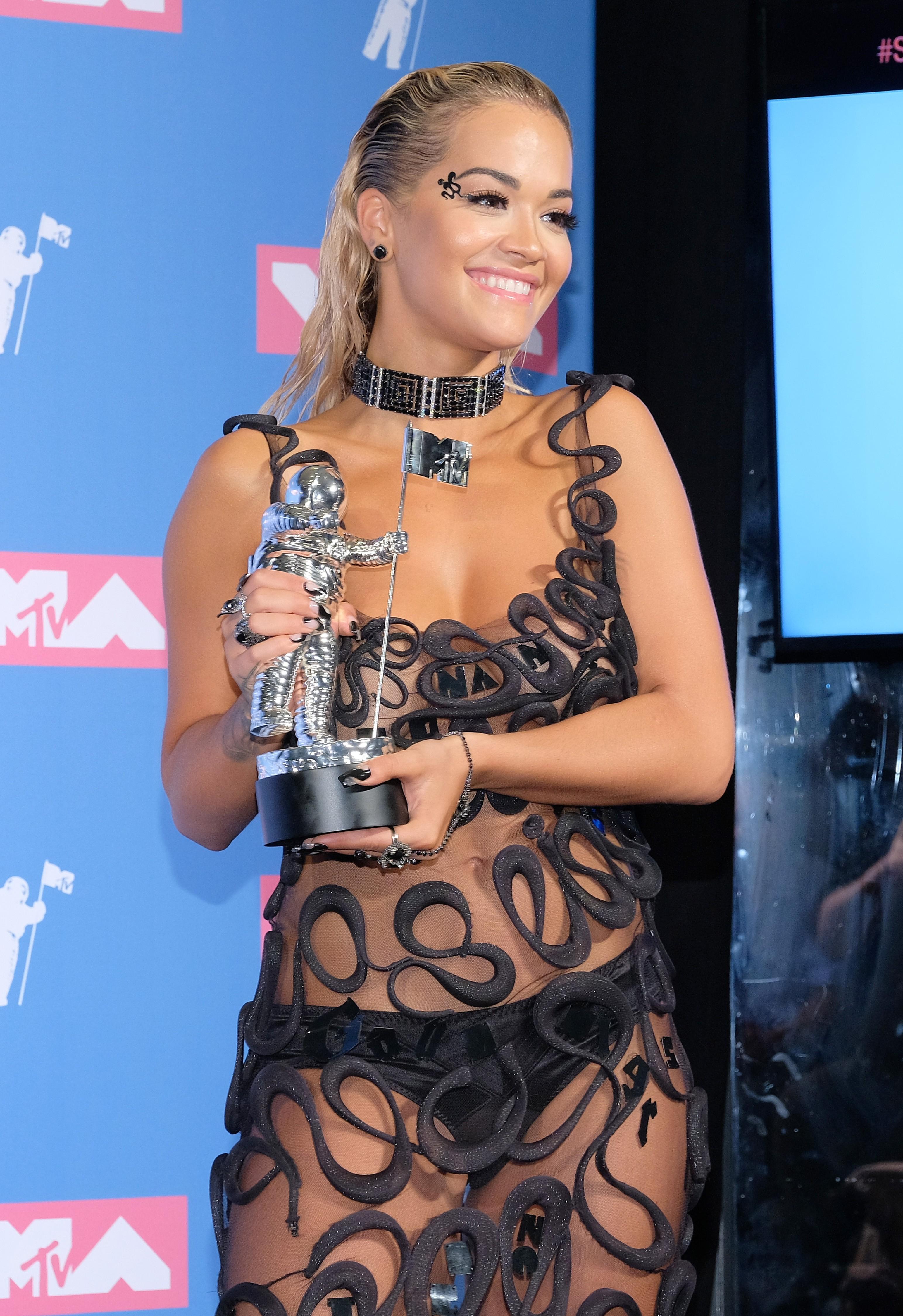 A cantora Rita Ora com o troféu póstumo do DJ Avicii (Foto: Getty Images)