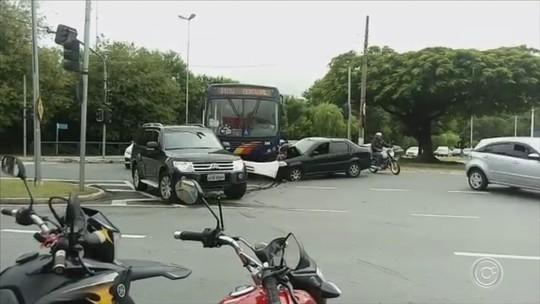 Acidente entre carro e ônibus complica o trânsito em Votorantim