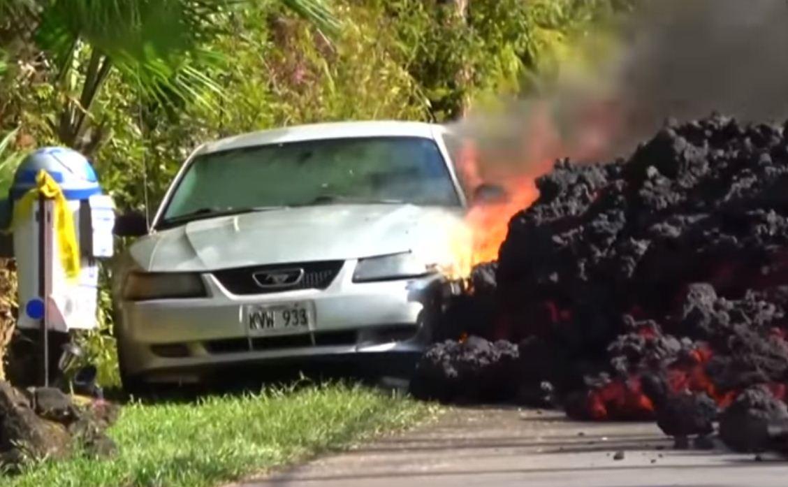 Carro é engolido pela lava do vulcão Kilauea (Foto: Reprodução)