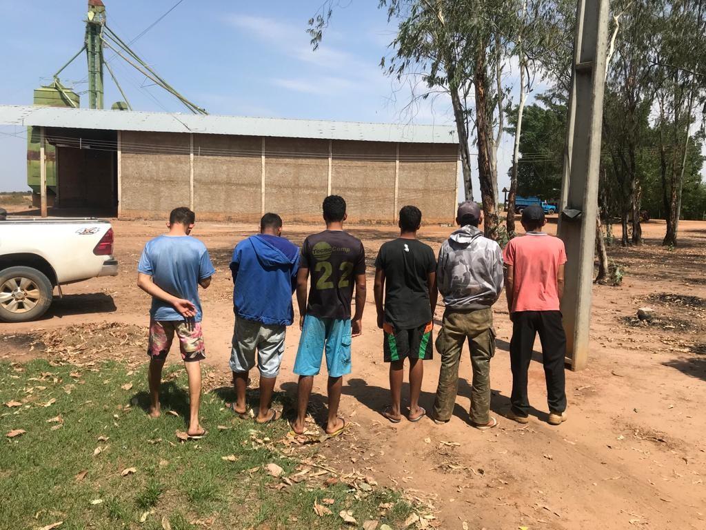 Funcionários são feitos reféns por homens armados em fazenda no oeste da BA e 120 toneladas de milho são roubadas