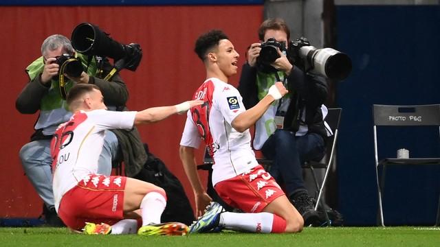 Diop comemora o primeiro gol do Monaco contra o Paris Saint-Germain