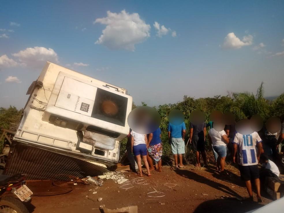 Pessoas que passavam pelo local pararam e pegaram mercadorias (Foto: Cristiano Gomes/ TVCA)