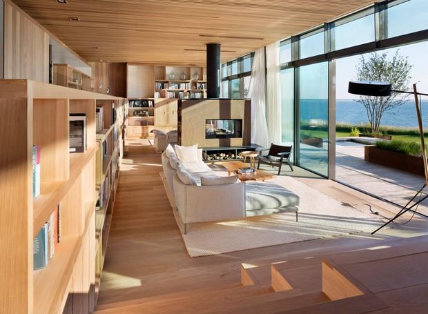 Assim como do lado de fora, o interior é revestido de madeira, com móveis em cores discretas  (Foto: Michael Moran/ Reprodução)
