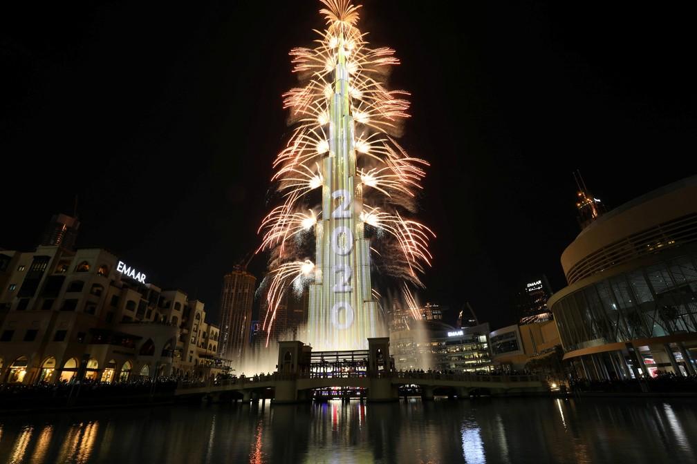 Fogos de artifício ao redor do Burj Khalifa, o prédio mais alto do mundo, em Dubai, nos Emirados Árabes, na quarta-feira (1º).  — Foto: Christopher Pike/Reuters