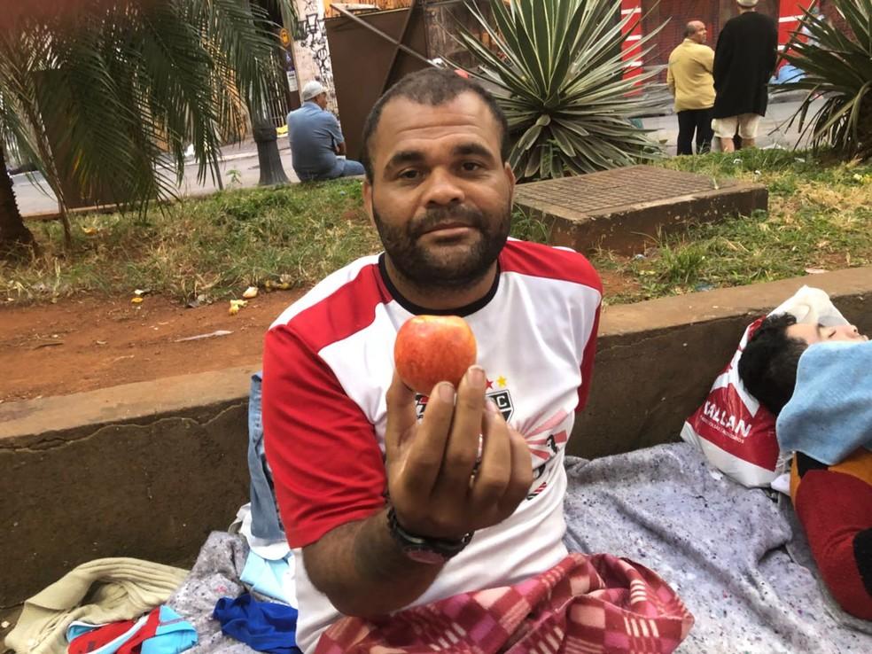 Cearense morador do prédio que desabou dorme na rua e pede ajuda para voltar ao CE