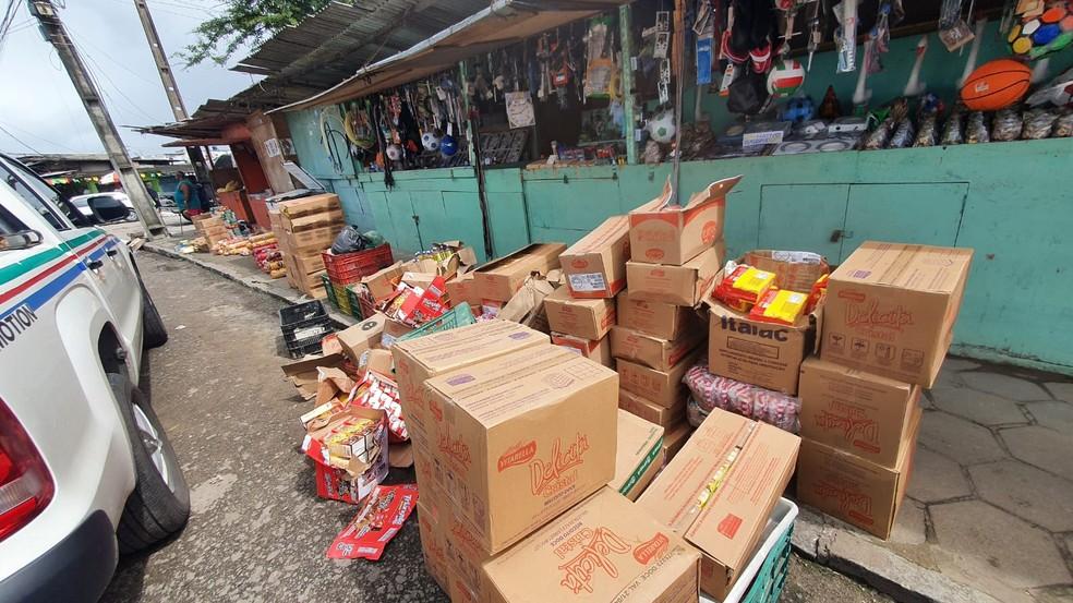 Alimentos vencidos ou com prazo de validade adulterado eram vendidos em mercados de rua em diversos bairros de Maceió — Foto: Vigilância Sanitária