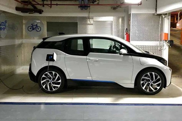 Dono de BMW elétrico conta vantagens de veículo