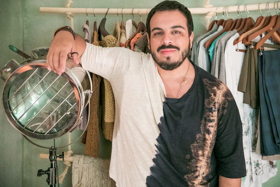 Luís Lobianco como Valdir, de Shippados - aqui ele está de roupa!  — Foto: Raquel Cunha/Globo